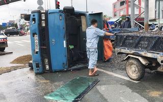 Tránh xe máy, xe ben lật nhào trên đường Phạm Văn Đồng