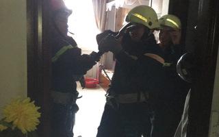 Phá cửa cứu 2 bà cháu bị mắc kẹt trong thang máy