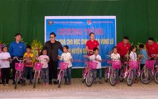 Ca sĩ Quang Lê và Lương Bằng Quang đến với người dân vùng lũ Thanh Hóa