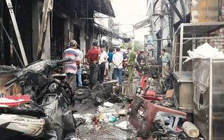 Bình gas rớt xuống đất phát nổ khiến hàng loạt ki ốt bị cháy