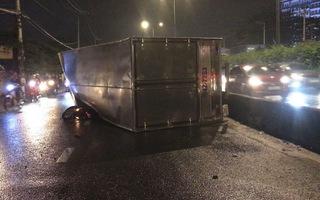 Xe tải lật đè xe máy, nam thanh niên nhảy khỏi xe thoát chết trong gang tấc