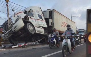 Xe container húc sập dải phân cách nghi do tài xế ngủ gục