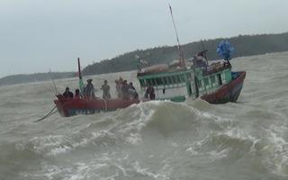 Tàu cá hỏng máy trôi dạt trên biển