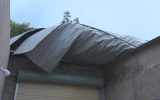 Lốc xoáy làm tốc mái 45 nhà dân