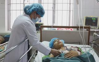 Cứu nam thanh niên bị cây sắt đâm xuyên từ cổ xuống phổi