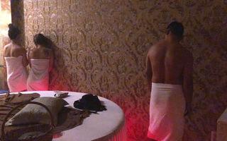 """Bắt quả tang nữ tiếp viên massage khỏa thân """"thư giãn"""" cho khách"""