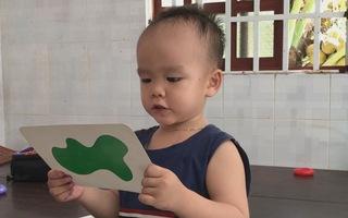 Bất ngờ với cậu bé 2 tuổi biết đọc tiếng Việt và tiếng Anh