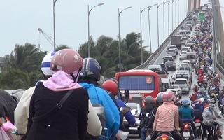 Người dân ùn ùn đổ về TP.HCM, cầu Rạch Miễu lại quá tải