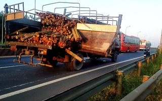Xe giường nằm biến dạng vì tông xe tải, hành khách hoảng loạn