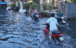 Triều cường kỉ lục, nhiều tuyến đường tại TP.HCM ngập trong biển nước