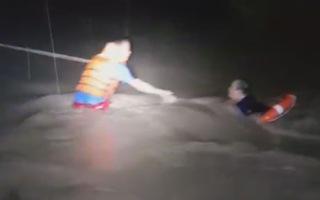 Cứu 4 người đi ô tô bị nước cuốn trôi xuống suối ở Biên Hòa