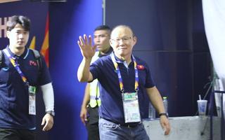 Video: HLV Park Hang Seo tươi cười vẫy tay chào khán giả sau trận gặp UAE