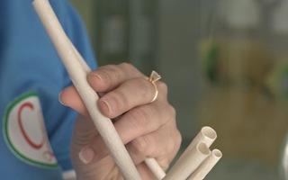 Độc đáo ống hút sinh học sản xuất từ nước dừa