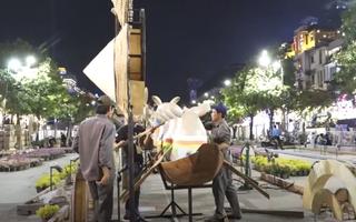Video: Hối hả thi công cả ngày lẫn đêm tại đường hoa Nguyễn Huệ