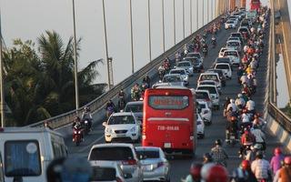 Video: Kẹt xe nặng trên cầu Rạch Miễu, trạm thu phí phải liên tục xả trạm