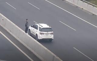 Video: Đôi nam nữ dừng xe giữa cao tốc, leo lên dải phân cách chụp hình