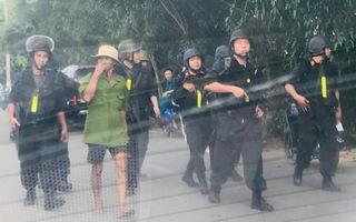 Video: Cảnh sát đang bao vây tất cả các tuyến đường khu vực đối tượng xả súng cố thủ ở Củ Chi