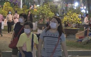 Người dân đeo khẩu trang đến nơi đông người trước mối lo virus corona