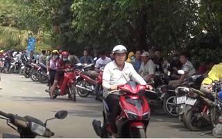Video: Hàng trăm người dân xem cảnh sát vây ráp đối tượng xả súng ở Củ Chi