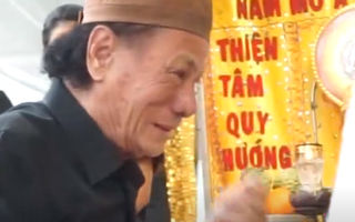 Video: Đạo diễn Lê Cung Bắc khóc nức nở bên di ảnh NSƯT Nguyễn Chánh Tín
