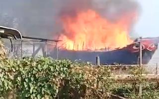 Video: Tàu du lịch bốc cháy dữ dội kèm theo nhiều tiếng nổ lớn