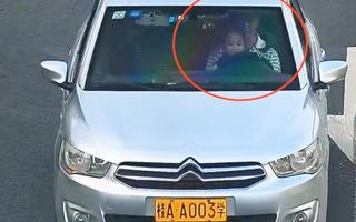 Video: Cho trẻ em cầm vô lăng chạy trên đại lộ bị cảnh sát 'sờ gáy'