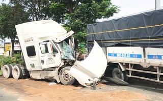 Video nóng: Xe đầu kéo tông xe tải, 2 tài xế nguy kịch, giao thông ùn tắc trên quốc lộ 1