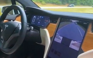 Video: Tài xế 'nhảy' qua ghế phụ để xem khả năng tự lái của xe