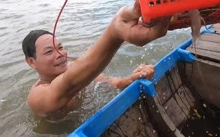 Video: Xem 'vua bắt cá bằng tay không' trên sông Vàm Nao, Đồng Tháp