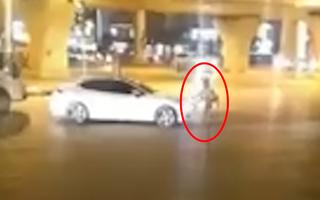 Video: Bị chặn đầu, tài xế ôtô nhấn ga đẩy lùi CSGT rồi bỏ chạy
