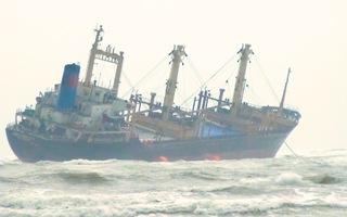 Video: Cứu 16 thủy thủ trên tàu hàng mắc cạn ở biển Hà Tĩnh