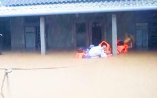 Video: Bộ đội bơi trong dòng lũ giải cứu người dân