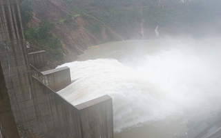 Video: Thủy điện ở Huế xả nước; Người dân dắt bò lên cầu tránh lũ ở Quảng Nam