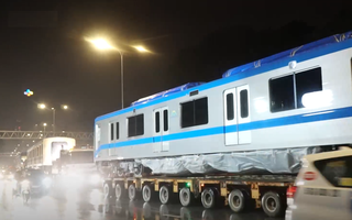 Video: Rạng sáng nay, xe siêu trường chở 3 toa tàu metro rời cảng Khánh Hội về deport Long Bình