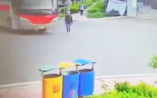 Video: Đi bộ qua đường, người phụ nữ bị xe khách cán lên chân