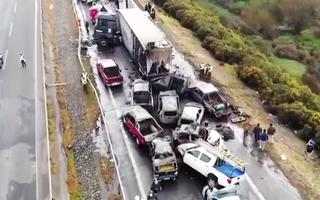 Video: Tông xe liên hoàn, 20 ôtô dồn cục trên cao tốc