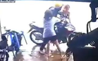 Video: Người dân vây bắt đối tượng trộm điện thoại ở Bình Dương