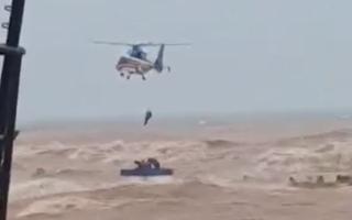 Video nóng: Huy động lực lượng giải cứu thuyền viên kiệt sức trên chiếc tàu sắp chìm