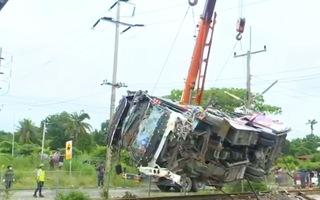 Video: Tàu hỏa tông xe buýt ít nhất 20 người tử vong