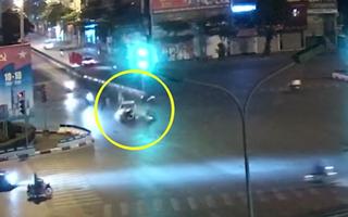 Video: Xe máy chở bốn phóng bạt mạng qua ngã tư, tông mạnh vào ôtô