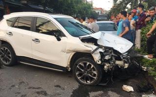 Video: Nam thanh niên lái ôtô tông loạn xạ trên đường rồi bỏ chạy