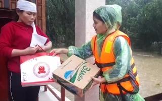 Video: Vượt lũ cứu trợ khẩn cho người dân ở rốn lũ miền Trung