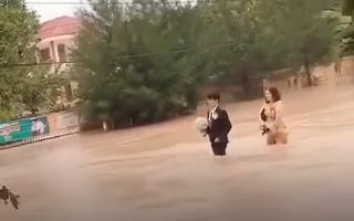 Video: Bi hài đám cưới mùa lũ ở miền Trung