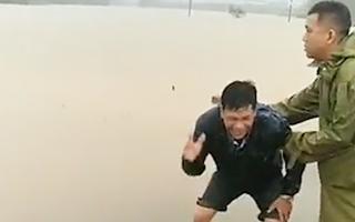 Video: Chồng khóc ngất khi vợ đang mang bầu bị nước lũ cuốn trôi