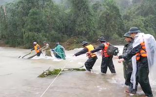 Video: Lực lượng quân đội đang vượt lũ dữ tiếp cận khu vực sạt lở của thủy điện Rào Trăng 3