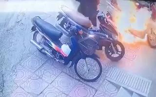 Video: Người đàn ông đổ xăng đốt xe máy trên vỉa hè
