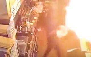 Video: Đổ nước dập lửa, vô tình lửa bùng lên cháy luôn cả nhà bếp