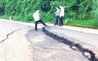 Video: Mưa lớn gây sạt lở tuyến đường huyết mạch nối Bình Phước và Lâm Đồng
