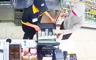 Video: Nam thanh niên cầm dao đe dọa nhân viên cửa hàng để cướp tiền