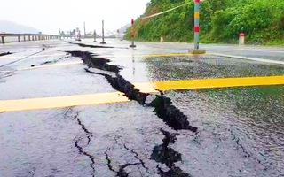 Video: Quốc lộ 9 nứt toác kinh hoàng sau lũ, giao thông qua lại khó khăn